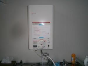 長久手市 小型電気温水器取替工事 施工中