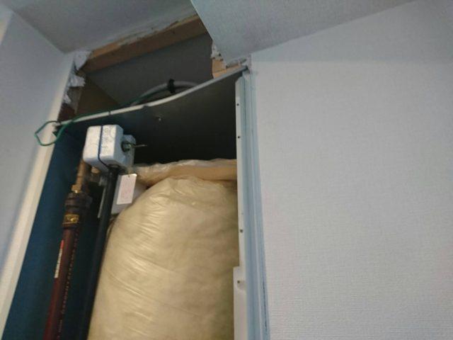 電気温水器上の壁を撤去